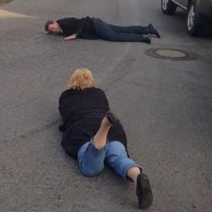 Rajko Kravanja und Sabine Seibel liegen fotografierend auf der Straße